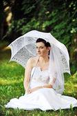 Mariée avec parapluie — Photo