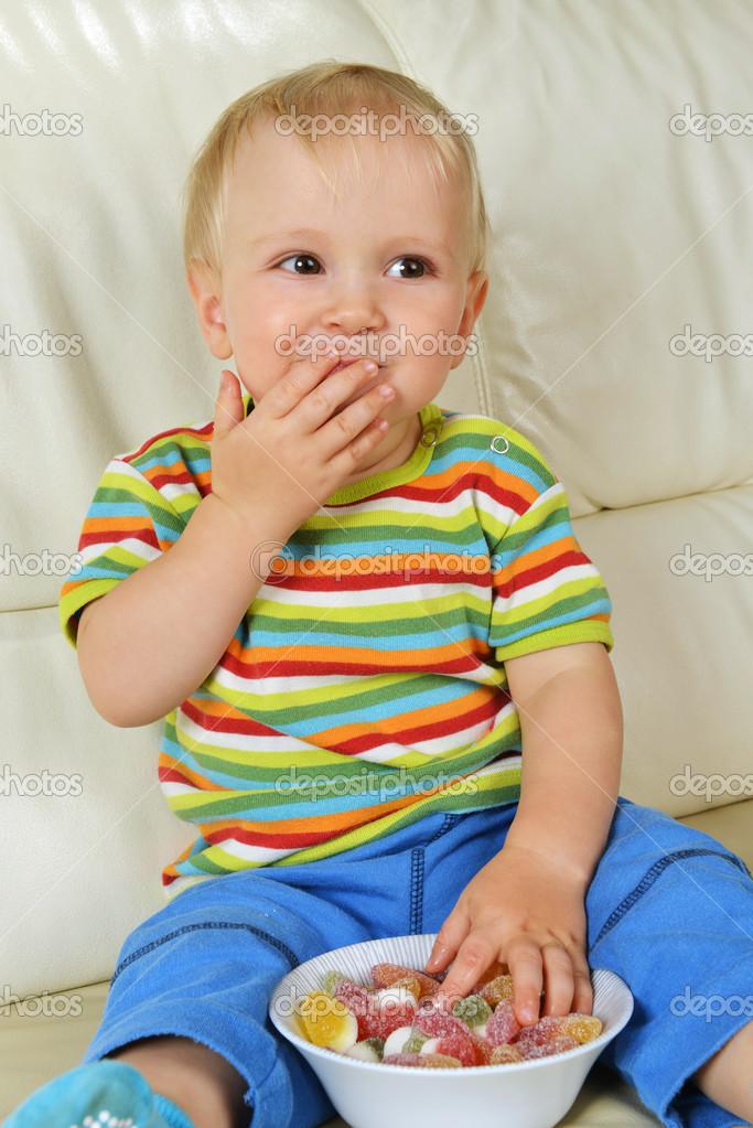 男孩吃糖 — 图库照片08taden1#14139678