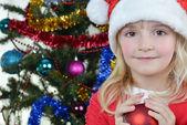 Flicka nära fir-julgran — Stockfoto