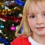 クリスマス モミの木の近くの女の子 — ストック写真