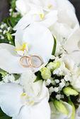 Orchideeën en trouwringen — Stockfoto