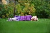 Ragazza sull'erba — Foto Stock