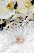 Orchidées et bagues de mariage — Photo
