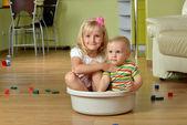 Menino com sua irmã — Foto Stock