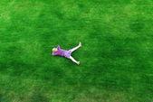 Flicka på gräs — Stockfoto