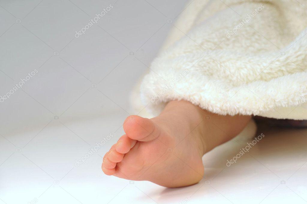 在举行一个可爱的小女孩的脚