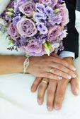 Bruden och brudgummen händer — Stockfoto