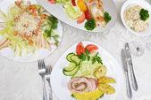 Filé com batata na mesa — Fotografia Stock