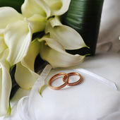 Bride bouquet and rings — Stock Photo