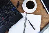 ノートブックと一杯のコーヒー — ストック写真