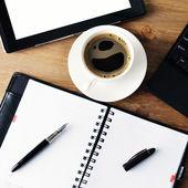 ноутбука и чашка кофе — Стоковое фото