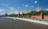 The Moscow Kremlin and churches view from Moskva River in summer day — Stock Photo