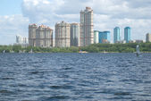 Urban landscape with modern houses on a river bay — Стоковое фото