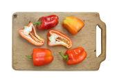 Gemüsepaprika auf küche schneidebrett isoliert — Stockfoto