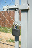 Serratura blocca su vista verticale di recinzione porta closeup — Foto Stock