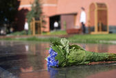Bouquet of Flowers on Eternal Flame monument in Moscow Russia closeup — Stock Photo