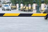 Área de proteção do carro em uma cidade com barreira listrada — Fotografia Stock