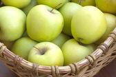 Maçãs maduras na cesta closeup — Foto Stock
