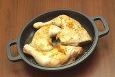 Frire les cuisses de poulet en gros plan noir pan — Photo