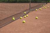 Court, tennis balls and net — Stock Photo