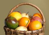 Ovoce v hnědý proutěný koš, samostatný záběr — Stock fotografie