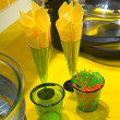 Many napkins in glasses on yellow desk - Stockfoto