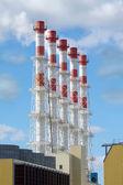 Elektrárna budovy s vysokou průmyslových potrubí na oblohu a mraky vertikální zobrazení — Stock fotografie