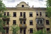 Abandoned uninhabited house before renovation front view — Stock Photo