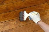 Donna mano nelle pitture della parete di legno. foto closeup — Foto Stock