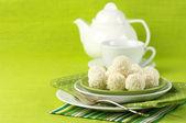 Kokosowe cukierki i herbata — Zdjęcie stockowe