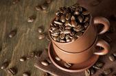 Chicchi di caffè in tazza — Foto Stock