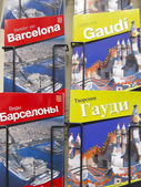 Souvenir shop with city guides and architect Gaudi — Stockfoto