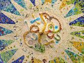 потолок с мозаика солнцем парк гуэль — Стоковое фото