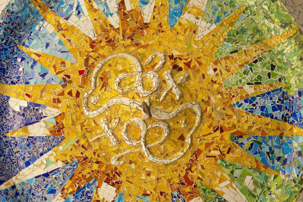 Soffitto con sole mosaico di parco guell foto stock for Antoni gaudi opere
