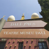 Signs Dali museum in Figueres. — Stock Photo