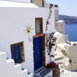 Traditional Greek architecture of Oia village on Santorini islan — Stock fotografie