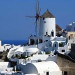 Traditional Greek architecture of Oia village on Santorini islan — Stock Photo #13240386