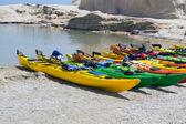希腊米洛斯岛上的热带海滩上多彩皮划艇 — 图库照片