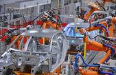 Roboty spawalnicze w fabryce — Zdjęcie stockowe