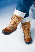 Zapatos de invierno en la nieve, close-up — Foto de Stock