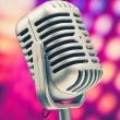 mikrofon retro na fioletowym tle dyskoteka — Zdjęcie stockowe