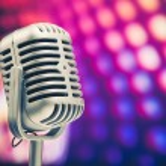 retro mikrofon na fioletowym tle dyskoteka — Zdjęcie stockowe