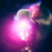 紫色の光沢のあるまぶしさとステージ上のマイク — ストック写真