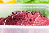 Färsk rå kött och grönsaker, vit bakgrund — Stockfoto