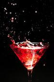 Rote spritzender cocktail auf schwarz — Stockfoto
