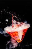 Red splash ve buz buharı ile kokteyl — Stok fotoğraf