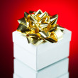 Gift with golden ribbon bow — Stockfoto