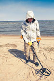 Man searching for a precious metal using a metal detector — Foto de Stock