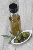 Olio extravergine di oliva e olive verdi — Foto Stock