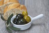 Aceitunas y pan — Foto de Stock